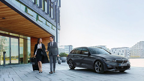 BMW 5er Touring vor Geschäftsgebäude