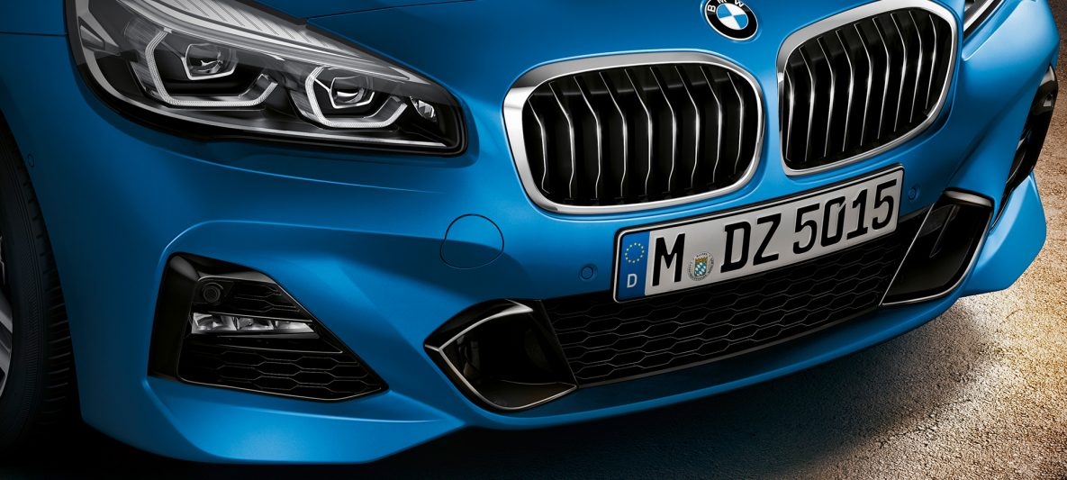 Doppelniere BMW 2er Gran Tourer F46 Facelift 2018 Estoril Blue metallic Nahaufnahme Front