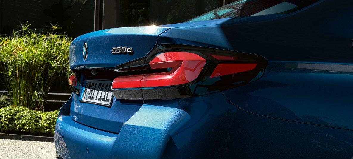 Rückleuchten in 3-D-Form BMW 5er Limousine G30 Facelift 2020 Phytonicblau Nahaufnahme Heck